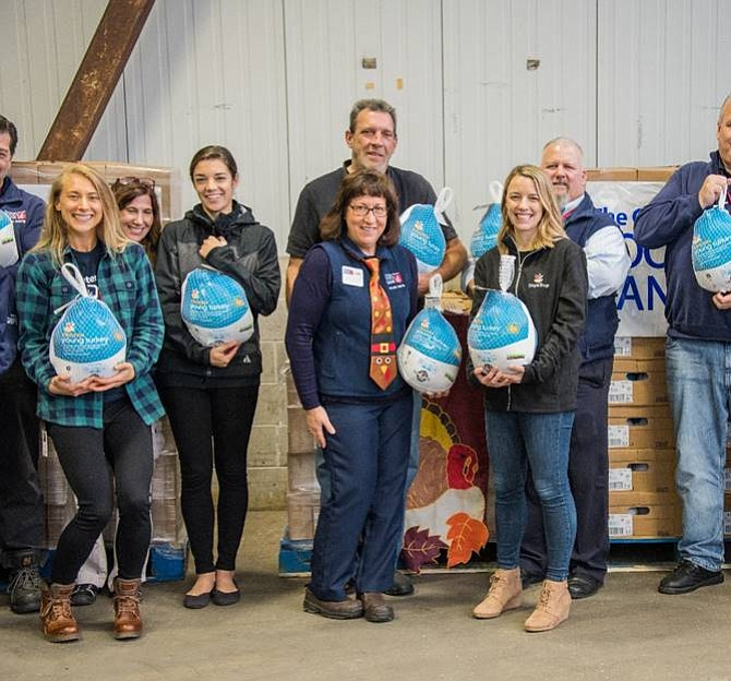 Los empleados de The Greater Boston Food Bank y Stop & Shop hicieron una pausa para tomar una foto durante la donación de Stop & Shop Turkey Express de más de 7,000 pavos a The Greater Boston Food Bank.