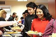 Jóvenes. Alrededor de 4.000 jóvenes al año acuden al LAYC. Muchos adolescentes y sus familias disfrutan del evento anual de Thanksgiving.