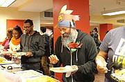 Celebración. En la fiesta de Acción de Gracias de LAYC se le da la bienvenida a cualquier persona que esté necesitando de un plato de comida y una sonrisa cariñosa.