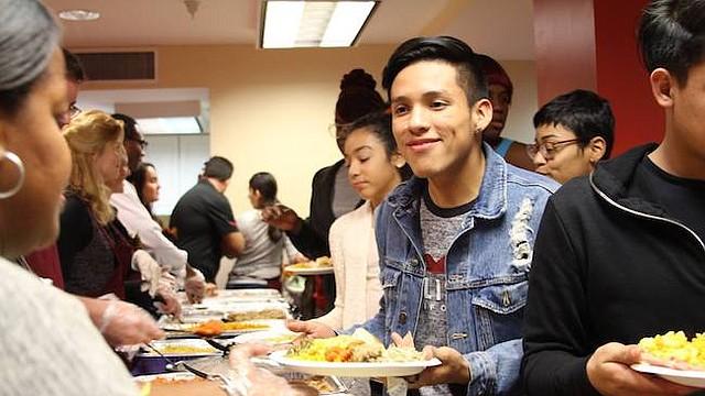 Cena. El año pasado unas 500 personas, la mayoría jóvenes, disfrutaron de música, comida y amistad durante la cena de Thanksgiven del Latin American Youth Center.