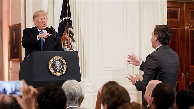 APOYO. El presidente estadounidense, Donald Trump, increpa a Jim Acosta, corresponsal de la CNN en la Casa Blanca, durante una rueda de prensa en la Casa Blanca
