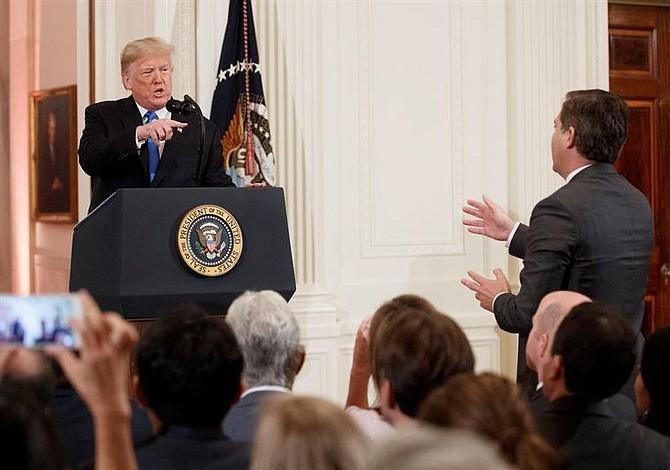 Juez en EE.UU. ordena a la Casa Blanca devolver pase de prensa a CNN