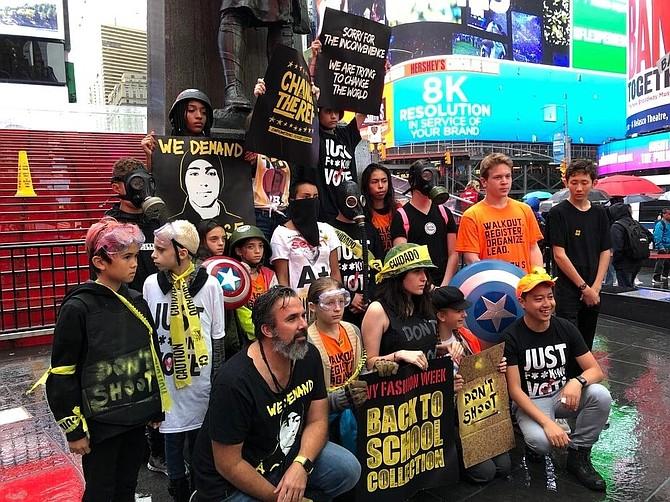 ACTIVISMO. Manuel Oliver junto con un grupo de jóvenes en una actividad en contra de las armas en las calles