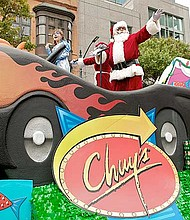 Recorrido. Los cortejos saludarán y compartirán con los espectadores, quienes pueden llevar juguetes nuevos para donar al programa Blue Santa.