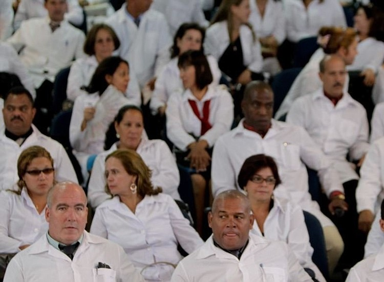 Tras promesa de atención médica; busca AMLO contratar médicos cubanos