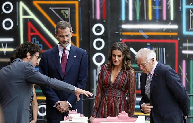 El rey Felipe VI (2-i), la reina Letizia (2-d) y el ministro español de Exteriores, Josep Borrell (d)