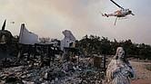 CONSECUENCIAS. El gobernador de California, Jerry Brown, y el secretario de Interior estadounidense, Ryan Zinke, visitaron la zona afectada.