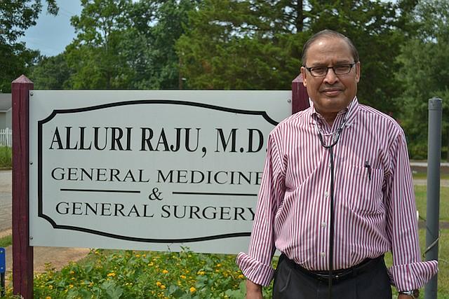 El doctor Alluri Raju, quien ha estado practicando como médico en el pueblo de Richland, en Georgia, por 37 años, dijo que al principio enfrentó discriminación, pero que se fue disipando. Ahora, es el único médico del pueblo.