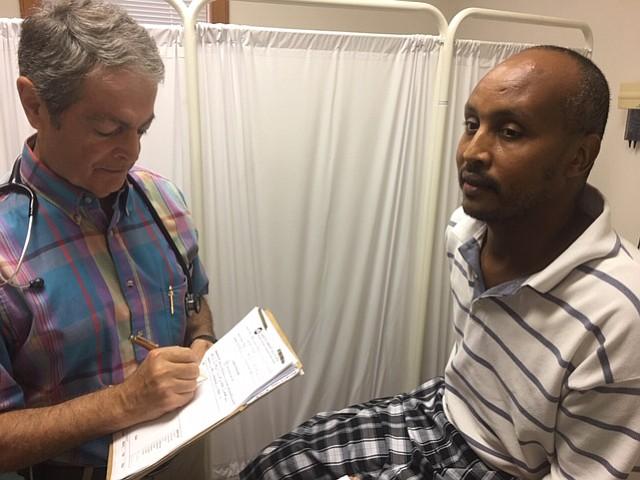 El doctor Omar Akhras, nacido en Siria, atiende a Fuad Abdi Limo, refugiado político de Etiopía, en el Clarkston Community Health Center. La clínica gratuita atiende a inmigrantes y refugiados en el diverso condado de DeKalb, en Atlanta.