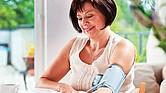 VITAL. Algunas personas que tienen la presión alta suelen sufrir  intensos dolores de cabeza, mareos, espontáneos sangrados de la nariz, visión borrosa y dificultad para respirar.