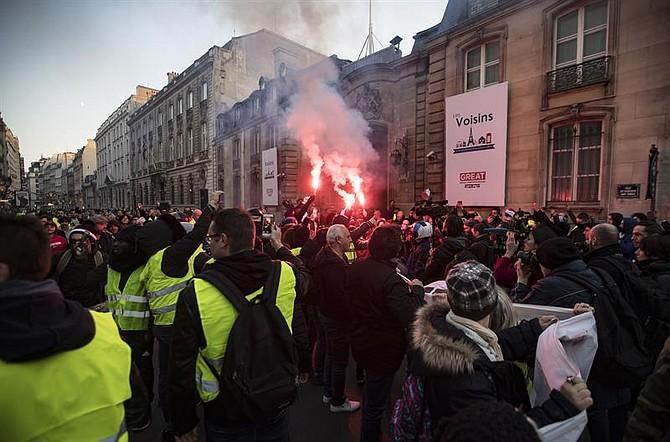 PROTESTA. Según el ministerio, esta protesta estaba bajo control después de vivir tensos momentos con el lanzamiento de gases lacrimógenos contra los manifestantes.