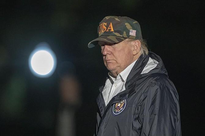 POLÍTICA. El presidente Donald J. Trump se retira del Marine One en el jardín sur de la Casa Blanca al regresar de California después de ver los daños causados por los incendios forestales del estado en Washington, DC.