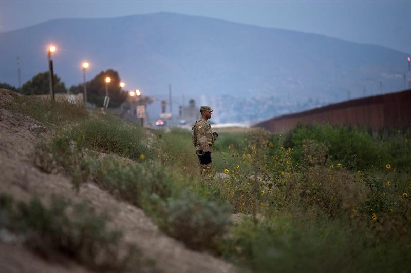 FRONTERA. Un militar estadounidense es visto cerca del muro fronterizo de Estados Unidos por el Puerto de Entrada Otay Mesa, en San Diego, el lunes 19 de noviembre de 2018