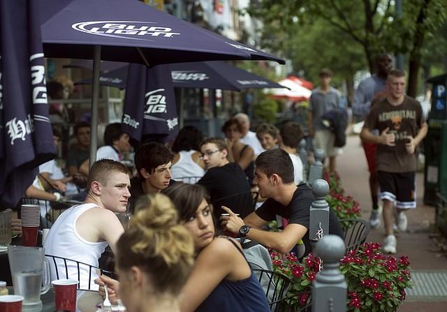 Los comensales disfrutan del área de patio en el bar Capitol Hill en el verano de 2011.