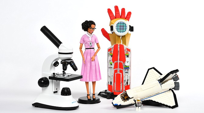 Los juguetes que transmiten el tema del espacio incluyen, desde la izquierda, el microscopio Duo-Scope, Inspiring Women: Katherine Johnson Doll, Avengers Hero Inventor Kit y Lego Space Shuttle Explorer.