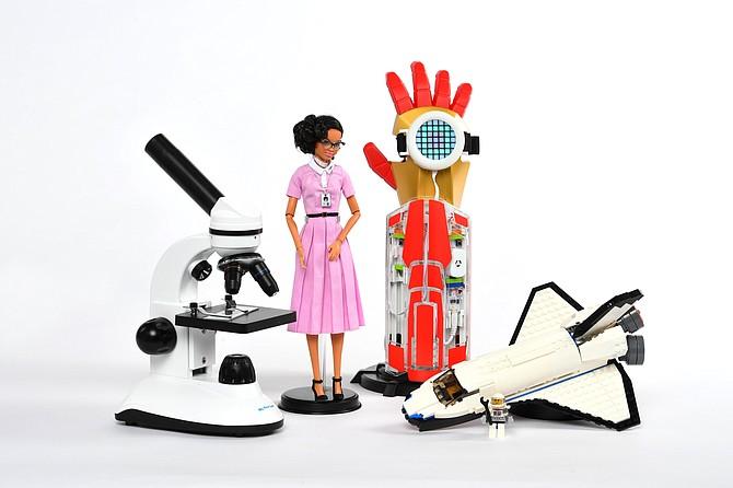 Los juguetes que transmiten el tema del espacio incluyen, desde la izquierda, el microscopio Duo-Scope, Inspiring Women: Katherine Johnson Doll, Avengers Hero Inventor Kit y Lego Space Shuttle Explorer.