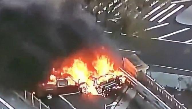 Aparatoso accidente en el puente de Brooklyn deja un muerto y cinco heridos.