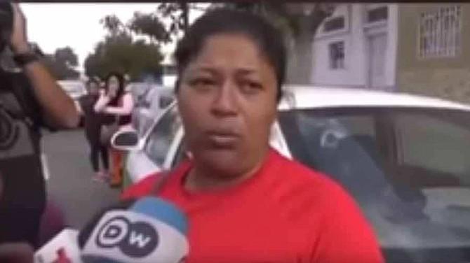 Hondureña migrante pide disculpas a méxicanos por rechazarles comida.