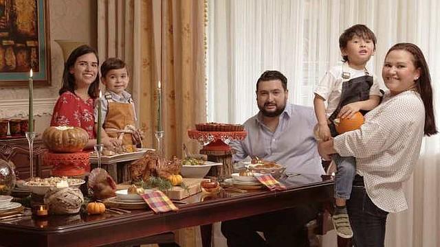 COCINA. Celia de Trigueros, Luis Felipe Trigueros, Jorge Fuentes, Luke y Geraldina, dispuestos a disfrutar del banquete de Acción de Gracias