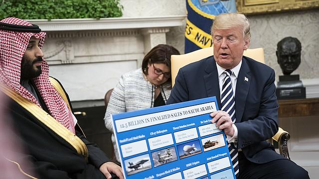 El presidente Trump y el príncipe heredero Mohammed bin Salman hablando sobre la venta de armas en la Casa Blanca el 20 de marzo de 2018.