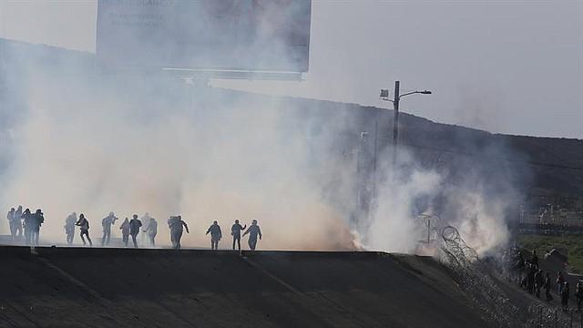 FRONTERA. Vista de gases lacrimógenos que la policía fronteriza utiliza para evitar que grupos de personas crucen hacia la garita El Chaparral, de la ciudad de Tijuana, en el estado de Baja California (México)