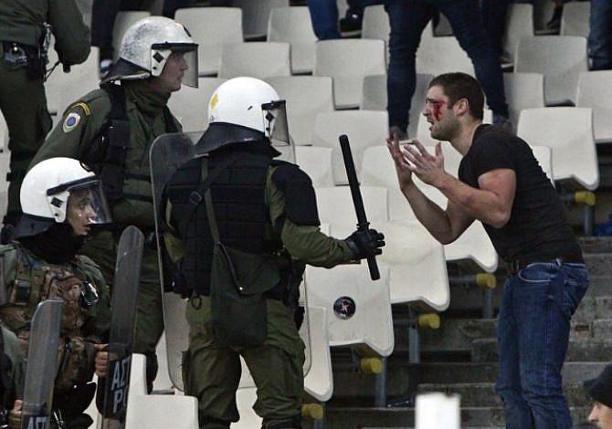 La violencia vuelve a manchar al fútbol, ahora en la Champions League (video)