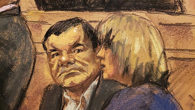 JUICIO. Reproducción fotográfica de un dibujo realizado por la artista Jane Rosenberg, en la que aparece el narcotraficante mexicano Joaquín El Chapo (i) Guzmán mientras escucha a la intérprete, el lunes 26 de noviembre de 2018