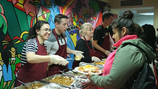 ENCUENTRO. Cientos de niños, adolescentes, muchos de ellos padres de recién nacidos, llegaron hasta el LAYC para la cena de acción de gracias