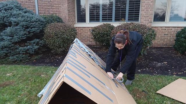 Agradecimiento. Claudia López ultima los arreglos de su casa donde pasó la noche, junto a su esposo, para agradecer por el privilegio de tener una casa con calefacción en el invierno.