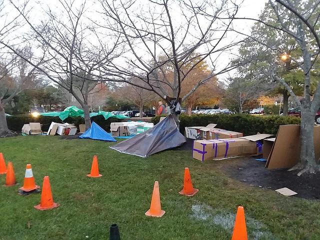 Campamento. Así se presentaba el campamento de una noche para las familias y los jóvenes que decidieron mirar la realidad de los sin techo desde una perspectiva de la experiencia.
