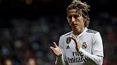 FÚTBOL. El centrocampista croata del Real Madrid, Luka Modric, aplaude durante el partido disputado ante el Valencia, correspondiente a la jornada 14 de primera división, en el estadio Santiago Bernabéu, en Madrid