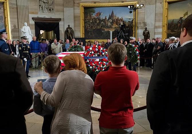 Ciudadanos despiden al ex presidente Bush en el Capitolio