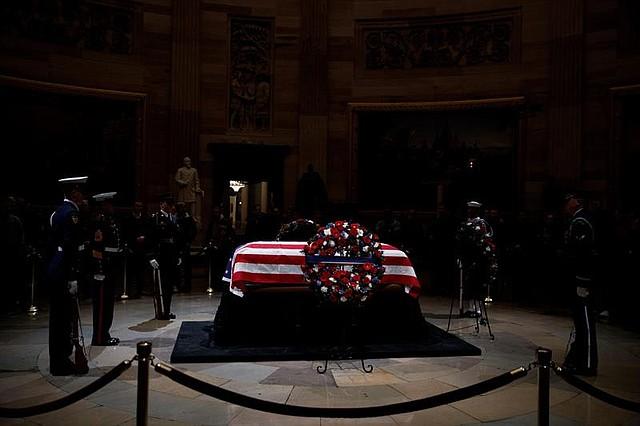 El féretro del ex presidente estadounidense George H. W. Bush en el Capitolio