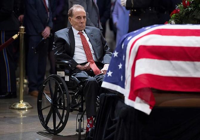 Bob Dole, trabajadores federales y directores de la CIA se despidieron de George H.W. Bush