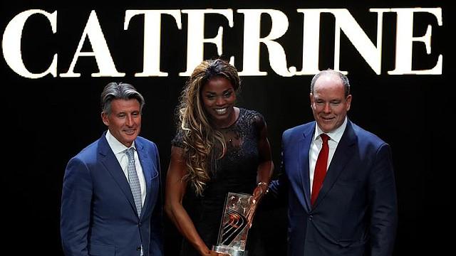 La atleta colombiana Caterine Ibargüen (c) posa junto con el presidente de la IAAF, Sebastian Coe (i); y el príncipe Alberto II de Mónaco (d)