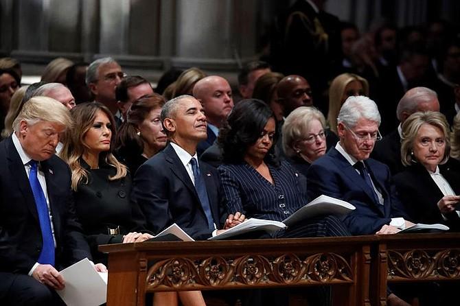 (De izq a der) El presidente Donald Trump y la primera dama, Melania Trump; el expresidente Barack Obama; su esposa y exprimera dama, Michelle Obama; el expresidente Bill Clinton; y su esposa y exsecretaria de Estado, Hillary Clinton, en el funeral de George H. W. Bush