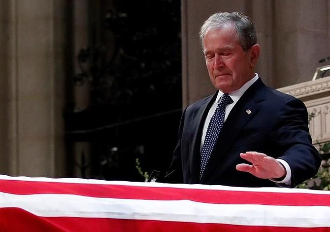 Expresidente Bush rompe en llanto al decir que su padre fue el mejor que cualquier hijo pudiera tener