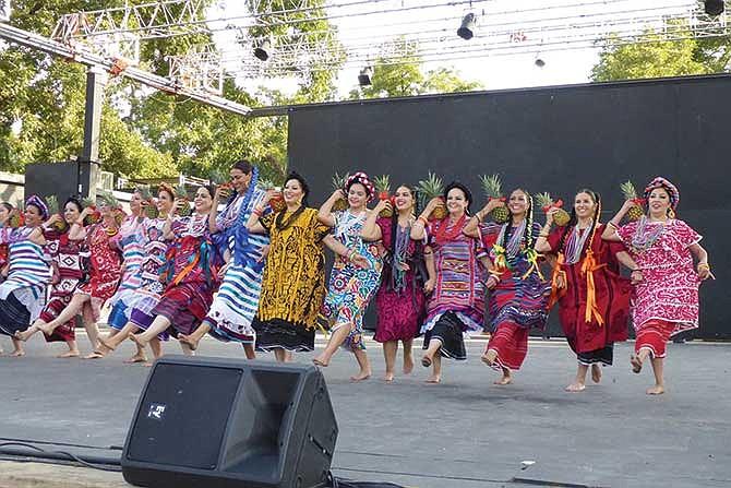 Bailes y comida con tradición