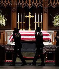 TEXAS. Militares presentan sus respetos al ataúd del ex presidente George H.W. Bush en la Iglesia Episcopal de San Martín en Houston, el 5 de diciembre de 2018