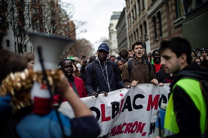 FRANCIA. Estudiantes franceses asisten a una manifestación contra el aumento de las tarifas para estudiantes extranjeros en París