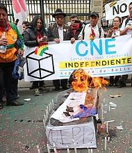 """PROTESTA. Grupos de activistas en Bolivia bloquearon las calles con banderas y pancartas con la leyenda """"Bolivia dijo No"""", interrumpiendo el tránsito de vehículos en ocho de las nueve mayores ciudades."""