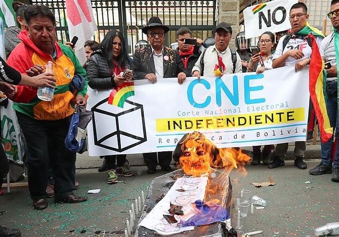 Bolivianos protestan en rechazo a reelección de Evo Morales