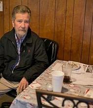 EE.UU. Leslie McCrae Dowless se sienta en su cocina en Bladenboro, N.C.