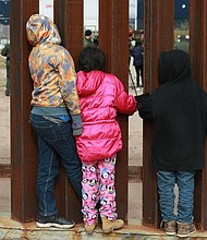 MÉXICO. Un grupo de niños observan a agentes de migración de Estados Unidos que realizan practicas hoy, viernes 30 de noviembre de 2018, en las cercanías del muro fronterizo en la ciudad de Tijuana en el estado de Baja California