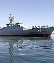 Una foto distribuida por el ejército iraní muestra a las fuerzas navales iraníes inaugurando el nuevo destructor de origen nacional Sahand, en el puerto sur de Bandar Abbas, Irán, el 1 de diciembre de 2018