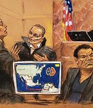 """JUICIO. Reproducción fotográfica de un dibujo realizado por la artista Jane Rosenberg donde aparece la asistente del Fiscal de Estados Unidos, Andrea Goldberg (i), mientras pregunta al narcotraficante colombiano Juan Carlos Ramírez, alias """"Chupeta"""""""