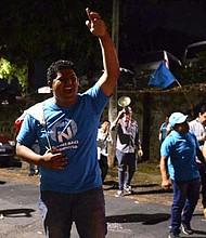 PROTESTA. Los seguidores de Bukele se mantuvieron apostados frente a los portones del Tribunal Electoral, en la colonia Escalón