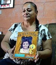 EL SALVADOR. Cecilia Flores no ha podido conciliar el sueño desde que recibió la trágica noticia: su sobrino, al que crió como un hijo, había muerto atropellado persiguiendo su sueño