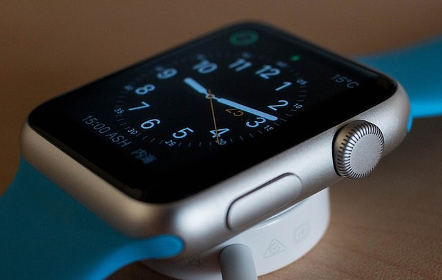 Estrategia navideña de Apple: relojes para adultos mayores que registran caídas y males cardíacos