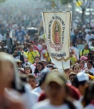 MÉXICO - Cientos de personas llegan a las inmediaciones de la Basílica de Santa María de Guadalupe hoy, en Ciudad de México (México).